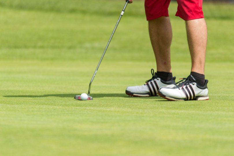 ゴルフグリーン上では足を引きずらない
