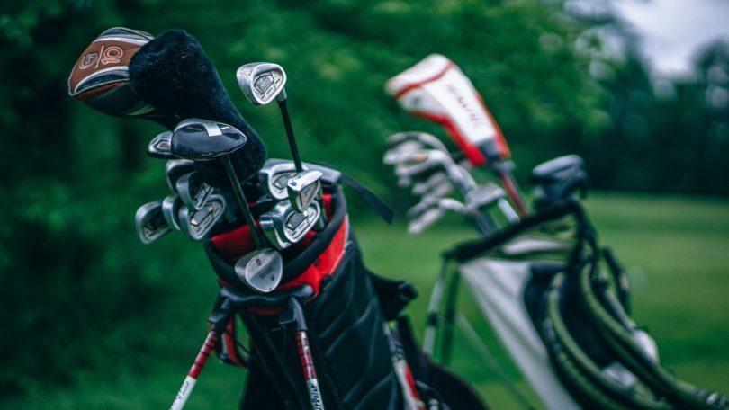 スタンドキャディバックに入ったゴルフクラブのセット2つ