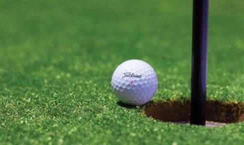 ゴルフボールとカップ